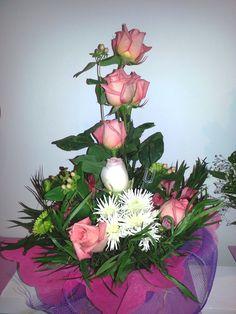 ARREGLO SENSACION SALVAJE    (Código A033)   Consta de Rosas, y Lilium, verde con papel de arroz con rafia, disponibles en varios colores.  Valor: $ 17.990