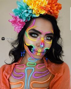 Spooky season is here and there are many beautiful Halloween makeup looks to make you look scarily gorgeous. Here are the genius sexy Halloween beauty Beautiful Halloween Makeup, Cat Halloween Makeup, Halloween Makeup Looks, Halloween Costumes, Halloween Halloween, Vintage Halloween, Halloween Makeup Tutorials, Halloween Tutorial, Fairy Costumes
