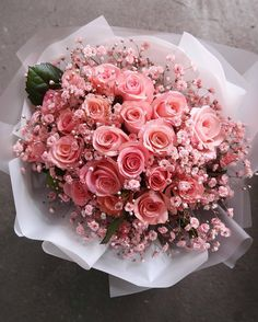 Image shared by ❥ Bambi. Find images and videos about pink, flowers and rose on We Heart It - the app to get lost in what you love. Bunch Of Flowers, Pretty Flowers, Pink Flowers, Art Flowers, Flower Box Gift, Flower Boxes, Beautiful Flower Arrangements, Floral Arrangements, Amazing Flowers