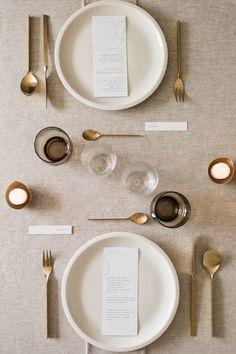 A modern, elegant, and warm reception table.  Photo Fabien Courmont