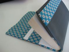 covers book (To print the tutorial on nalb .) Tuto covers book (To print the tutorial on nalb .)Tuto covers book (To print the tutorial on nalb . Sewing Tutorials, Sewing Projects, Sewing Patterns, Fitness Gifts, Couture Sewing, Sewing Box, Fabric Art, Diy Bags, Notebook