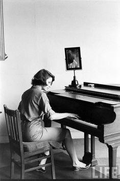 Paula Prentiss . 1961 . Photo by Allan Grant