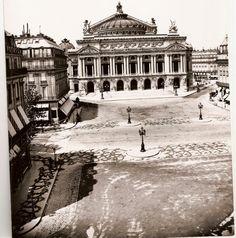 """beebalmtraveler: """" Dirt road at l'Opera, Paris 1875 """" Old Paris, Vintage Paris, Paris 1900, Tour Eiffel, Belle Epoque, Old Pictures, Old Photos, Beautiful Paris, Vintage Architecture"""