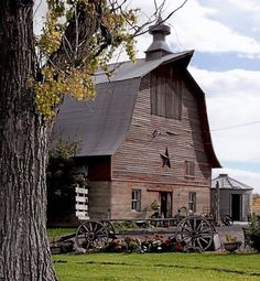 "Beautiful old barn in Buhl, Idaho. Now a framing and antique store - visit ""The Nehemian"" on your travels through Southern Idaho. Farm Barn, Old Farm, Cabana, Casas Country, Country Barns, Country Living, Country Life, Country Roads, Amish Barns"