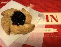 Torttukausi avattu tänään! Rasiallinen konvehteja jo maisteltu. #joulutortut #tähtitortut #suklaa