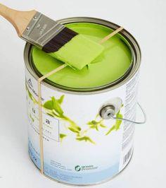 Beim Streichen platziert ein Gummi auf dem Farbentiegel um Überschuss abzustreichen