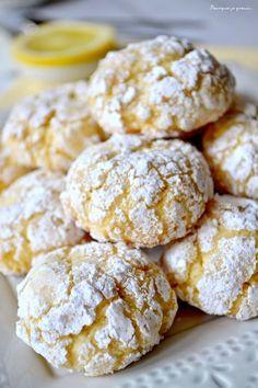 Biscuits moelleux au citron. mettre plus de citron (jus et zeste) et enrober GENEREUSEMENT de sucre glace pour l'effet craquelé.