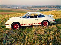 Porsche 911 Carrera RS: Im Herbst des Jahres 1972 holte Porsche den Namen Carrera wieder hervor und schmückte damit ein Auto, das damals der schnellste Serienwagen Deutschlands war. Der auf 2,7 Liter Hubraum aufgebohrte Sechszylinder-Boxermotor leistete 210 PS und trieb das Coupé auf bis zu 245 km/h. Das Auto kostete happige 35.000 D-Mark, dennoch wurden statt der ursprünglich geplanten 500 Exemplare insgesamt 1525 Fahrzeuge gebaut und verkauft. Charakteristisch für dieses Modell ist d...