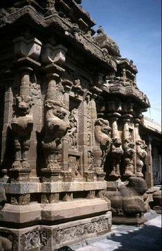 Temple de Rajasimheshvara (Kailasanatha), Kanchipuram (Tamil Nadu), 1er tiers du VIIIe siècle : vue de la face sud du sanctuaire.