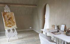 Un bureau peint avec de la peinture à la chaux