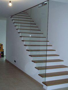 treppenstufen einbauschrank glas gel nder treppe aufgang holz. Black Bedroom Furniture Sets. Home Design Ideas