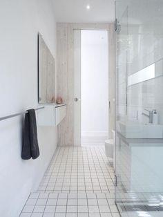 Graue Fliesen, Graue Badewanne, Blaue Akzente Durch Teppich Und ... Badezimmereinrichtung