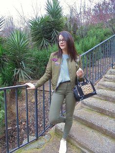 MILITAR GREEN - Temporada: Primavera-Verano - Tags: casual,  - Descripción: Bomber militar de color verde combinada con pantalón del mismo color y zapatillas blancas. Como complementos un bolso en negro #FashionOlé