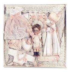 German Bisque Doll — Miniature Doll in Trousseau Presentation for the French Market in x Box, Porcelain Doll Makeup, Porcelain Dolls Value, Porcelain Tile, Tiny Dolls, Old Dolls, Native American Dolls, Doll Display, Antique Toys, Antique Quilts