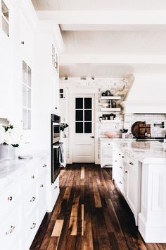 30 Popular Country Style Kitchen Decor Ideas - Home Bestiest Style At Home, Cuisines Design, Kitchen Styling, Kitchen Decor, Kitchen Ideas, Diy Kitchen, Kitchen Vent, Kitchen Planning, Brass Kitchen