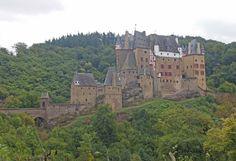 Burgt Eltz is een van de kastelen die je kunt bezoeken in de moezelstreek.