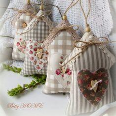 Country jarní domečky I. / Zboží prodejce Betty HOME Hobbies And Crafts, Diy And Crafts, Arts And Crafts, Sewing Crafts, Sewing Projects, Craft Projects, Decoration Shabby, Fabric Hearts, Lavender Bags