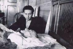 Son günlerini İstanbul'da sürekli doktorların gözetiminde geçiren Mustafa Kemal Atatürk, 10 Kasım 1938 perşembe günü saat dokuzu beş geçe Dolmabahçe Sarayı'nda hayata gözlerini kapadı. Ölümü bütün dünyada derin akisler yaptı ve büyük üzüntü yarattı.
