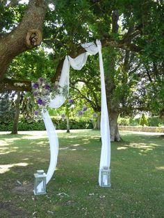 Arche voilage et fleurs dans un arbre. Atelier Déco'ps