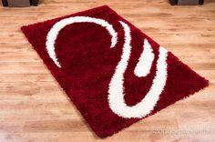 Piros shaggy szőnyeg fehér mintával.
