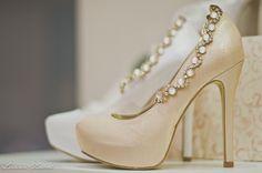 Scarpin branco para noivas clássicas! By Luana Zabot Wedding shoes by Luana Zabot