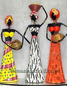Muñecas africanas hechas con papel periódico (cuerpo y cesta)   y papel crepé (vestido y turbante). Están pintadas y...