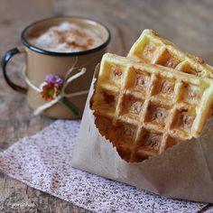 WAFFLE SEM CULPA: Misture 1 ovo com 1 colher sopa de creme de ricota light (pode ser requeijão). Adicione 2 1/2 colheres sopa de tapioca passada na peneira. Junte um pouquinho de queijo meia cura ralado (opcional) e sal a gosto. Coloque a massa na máquina de waffer e espere dourar (rende duas unidades). Você pode usar a mesma massa para fazer na FRIGIDEIRA ou SANDUICHEIRA. Fiz essa receita para receber minha mãe para o café da manhã e as flores na xícara de café são apenas um charme extra…