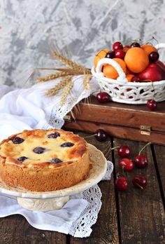 Сейчас самое лучшее время года в Израиле. Не очень жарко (хотя и бывают деньки под + 40),изобилие ягод и фруктов. Так что самое время готовить сладкие пироги с вкусной начинкой. Заходите угощайтесь! Тесто: 1 с половиной стакана муки 0.5 стакана сметаны 150 г растопленного сливочного масла 1/2…