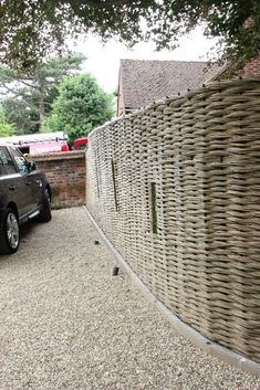 willow screen at parking space perimeter Weidengitter am Parkplatzrand Willow Fence, Willow Garden, Magic Garden, Garden Nook, Side Garden, Garden Shrubs, Garden Fencing, Wattle Fence, Wooden Fence Panels