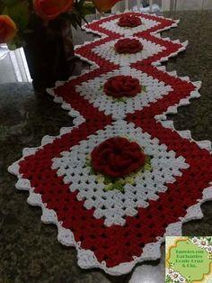 Trilho de mesa de crochê confeccionado com barbante . Pode ser feito em outras cores.  Mede aprox 1,25x0,45 aproximadamente. Para outras medidas consulte nos