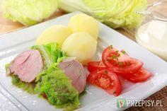Oczyść polędwiczki wieprzowe i przypraw je pieprzem, przyprawą Delikat Knorr oraz sypkim majerankiem. Mięso usmaż na oleju z dodatkiem masła. Następnie zdejmij je, zlej tłuszcz i dodaj 1/2 kieliszka wytrawnego wina oraz śmietankę. Polędwiczki owiń liśćmi kapusty pekińskiej, po czym włóż je do powstałego sosu i duś pod przykryciem przez 15 minut. Ewentualnie dopraw całość solą i pieprzem (jeśli uznasz to za konieczne). Podaj z gotowanymi ziemniakami oraz sałatką z pomidora z posiekanym ...