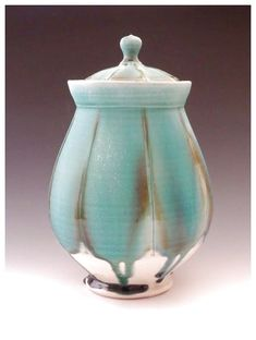 Ceramic is versatile and fairly cheap to acquire, compared to other materials. With intricate designs and a wide array of patterns, decorating homes with ceramics has become quite the big trend in … Ceramic Jars, Ceramic Pottery, Pottery Art, Sculptures Céramiques, Sculpture Clay, Pottery Designs, Pottery Ideas, The Potter's Wheel, Contemporary Ceramics