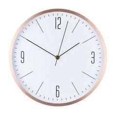 Stilvoll, schlicht und edel ist diese Wanduhr aus Aluminium in Kupferfarbe. Die Uhr mit einem Durchmesser von ca. 30 cm und einer Höhe von ca. 4 cm aus Metall besticht durch den schicken Rahmen in glänzender Oberfläche. Das auf die wesentlichen Elemente reduzierte Ziffernblatt fügt sich ideal in das sachlich-moderne Gesamtbild ein. Die analoge Uhr lässt sich einfach montieren und passt in viele Wohnbereiche.