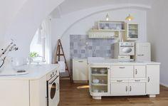 V kuchyni chybí odsavač par, stačí ale otevřít okno.