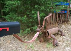 Gotta love Texas Yard Art such a Creative Genius! Deep East Texas Electric Cooperative member Delbert Beckham says his mailbox dragon, built from 600 pounds of salvaged steel, is a real traffic stopper.