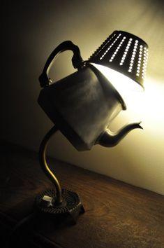 Cela fait un long moment que je ne vous avais pas présenté de nouvelle lampe. Cette petite dernière n'a rien de très original, la transformation de théière et de cafetière en luminaire est aujourd'hui devenue un classique du détournement d'objets, joué...