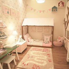"""72 Likes, 5 Comments - Dani Mataresi (@danimataresi) on Instagram: """"A mini cama montessoriana é ideal para quando o bebê cresce e sai do berço. Ao mesmo tempo que dá…"""""""