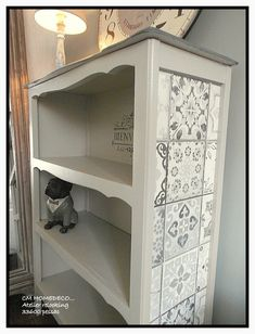 Chalk painted bookcase with retro pattern stencil old white and grey Upcycled Home Decor, Retro Home Decor, Upcycled Furniture, Shabby Chic Furniture, Small Bookcase Makeover, Paint Furniture, Furniture Makeover, Painting Bookcase, Home Staging