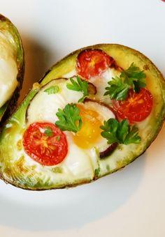 Paistetut avocadot kananmunalla