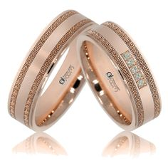 Verighete ATCOM Lux personalizate KALLANA aur roz Marginile benzilor din aur roz sunt ornamentate cu detalii geometrice, iar pe inelul damei 5 diamante / cristale sunt montate cu mare precizie, pentru o stralucire de durata.