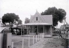 Stationsgebouw aan het Vaillantsplein. Datum: 1905 Locatie: Paramaribo, Suriname Vervaardiger: Augusta Curiel Inv. Nr.: gn-30-13 Fotoarchief Stichting Surinaams Museum