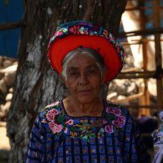 Tocoyal -   Tocado típico de las mujeres de Santiago de Atitlan - Guatemala.