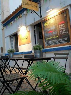 JukeBox Bar na Ericeira. PORTUGAL Ericeira Portugal, Bar, Lisbon, Jukebox, Drinking, Beautiful Places, Restaurant, Lifestyle, City