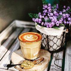 """Bom dia! """"Quando Deus está no controle, tudo que vem contra nós perde a direção."""" (Cecília Sfalsin) Uma semana maravilhosa a todos vcs!!! ☕️☕️☕️✨☕️ #bomdia#lindodia#segundafeira#realizacoes#cafedamanha#mesadecafedamanha#picoftheday#beautiful#flores#amor#mesaposta#decoracao#cafe#decor#instadecor#designdeinteriores#coach#designlovers#goodmorning#monday#flowers#breakfast#tableware#love#tabledecor#coffee#homedecor#coffeetime#interiordesign#interiordesigner"""