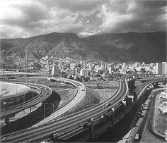 Distribuidor vial de la autopista Valle-Coche conectándose con la autopista Francisco Fajardo en Bello Monte (Caracas).