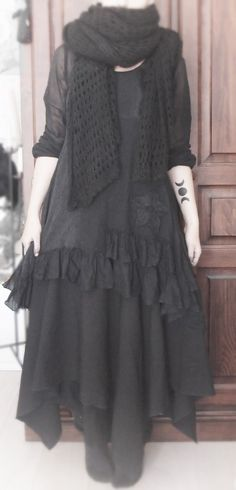 Dark Mori Fashion and Lifestyle - this site makes me want to go Back In Black.