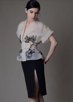 Chemisier en Organza de Soie Kimono pintad… in 2020 Silk Organza, Chiffon, Organza Dress, Filipiniana Dress, Kimono Blouse, Dinner Outfits, Batik, Elegant Outfit, Mode Inspiration