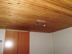 Λεπτομέρεια από δωμάτιο που χρησιμοποιείται για κρεβατοκάμαρα. Διακρίνεται η επένδυση ραμποτέ στο ταβάνι και η ντουλάπα αποθήκευσης των ρούχων. Decor, Light, Lighting, Ceiling, Home Decor, Track Lighting, Ceiling Lights