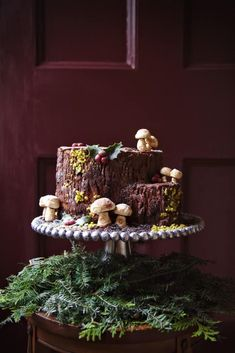 Bûche de Noël is a wonderful holiday Christmas dessert. These yule logs are festive and pretty. Here are 10 Bûche de Noël recipes. Christmas Yule Log, Christmas Desserts, Christmas Treats, Christmas Baking, Christmas Cakes, Christmas Decorations, Easy Yule Log Recipe, Chocolate Yule Log Recipe, Chocolate Ganache