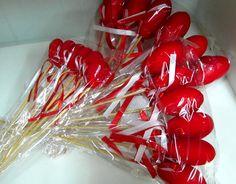 Voici ces pique décoratif coeurs en velours pour les intégrer dans vos compositions de fleurs pour la Saint Valentin.